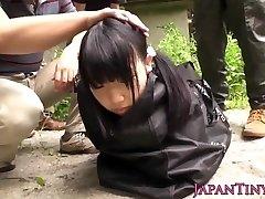 Dīvaini, japāņu grupas spēlē ar squirting pusaudžu