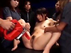 Japāņu slampa izpaužas viņas cunt stimulēja, līdz viņa gurķiem
