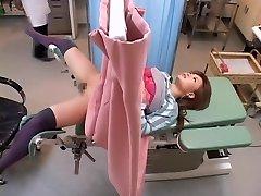 Azijske zdravnik pokaže svoje spretnosti s priklopom kapljala yoni