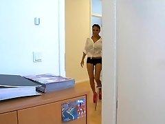 Azija Schlampe Kim wird bei der Arbeit gefickt