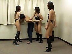 gorące azjatyckie dziewczyny biją słabego faceta