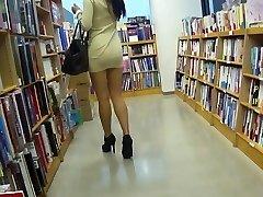 Długonoga azjatycka dziwka upskirt bez majtek
