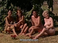 Nakne Jenter å Ha det Gøy på en Nudist Resort (1960 Vintage)