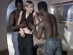 Valge hoor naine Rebeca annab innukas suhu duo suur must dudes