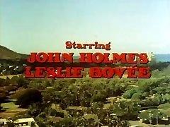 Klassieke porno met John Holmes aan zijn grote pik gezogen