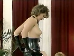 Hussy dominatrix in latex outfit gives gargle blowjob