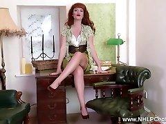 ג ' ינג ' ית מותק רצועת מתגרה מראה nyloned רגליים יחפות כוס
