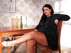 Plumper mature Anna Lynn flashing her vulva upskirt