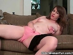 American cougar Tracy peels off her pantyhose and strokes