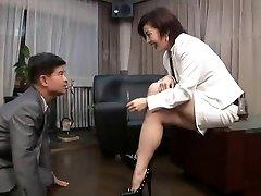 asiatique de pied femdom de fumer avec la cigarette titulaire