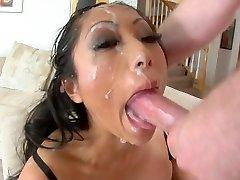 Ázijské coura deepthroat do tváre