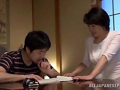 Chiaki Takeshita arousing mature Asian dekle v položaju 69