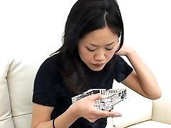 Jolie Japonaise de fumer et de cracher