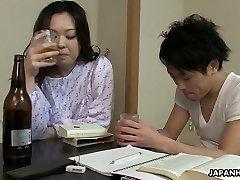 Zaspani, vendar pohoten Japonski žena želite, da bi dobili svojo košat muco banged
