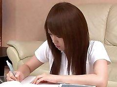 Sexy estudiante Asiática le encanta jugar con su coño