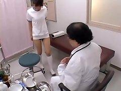 Asiático amplio con sexy tetas consigue su bollo dedos en el sexo de la película