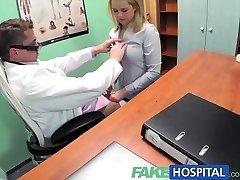 FakeHospital rubia Sexy vendedora se la follan en los médicos de escritorio para asegurar una orden