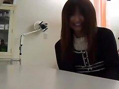 Desagradable ginecomastia juega con el coño de una linda Japonesa, nena