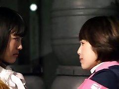Mika Kikuchi y Mayu Kawamoto Lesbianas Beso