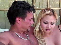 Блондинка Азиатская Шлюха Делает Ее Обязанность Сосать Хуй