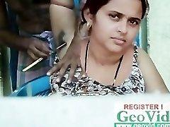 ξυράφι ξυρίσματος της γυναικείας τρίχας μασχαλών από τον κουρέα να λειάνει &να