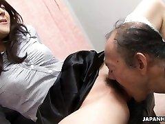 پیر مرد در حال خوردن است که مرطوب, نونوجوان,