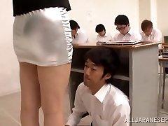 ученик лижет учительнице в классе