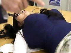 гигантский грудастая азиатские девушка играет с ребятами в офисе