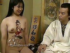 Jautri Ar Tetovētiem Āzijas Slampa