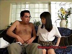 Japāņu skolniece izpaužas viņas incītis licked ar vecāku vīrieti