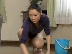 Drosmīgs meitene attīra māju, un tai nav apakšbiksītes par