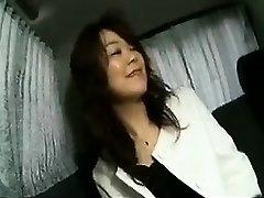 Vilinošs Japāņu dāma mirgo viņas mīlīgajām krūtīm un sucks a