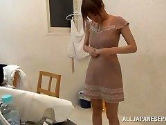 Suzu Tsubaki hot milf v bikinách ukazuje její talent