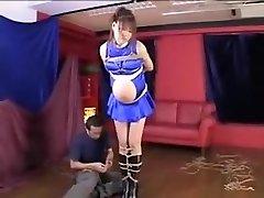 grávida asiático gal é amarrado com sua barriga de sair de um