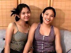 Dve Ázijské dospievajúcich a šťastie kohút