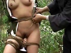 Exército chinês menina amarrado à árvore 3