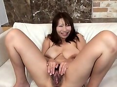 Prsata model najbolje masturbira