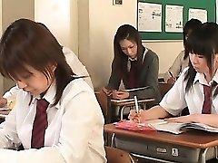 Asian school babe i linor blinkar twat kortkort i klass