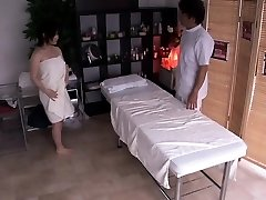 Grávida asiático, recebendo seu peludo caixa de dedos