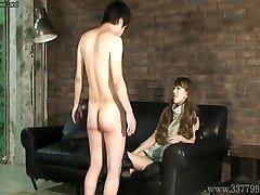 CFNM Japonês femdom Ruri gosta de assistir a um adolescente homem nu ma