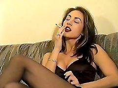 Retro fajčenie brunetka
