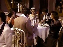 Brunetka manželka podvádza manžela s jeho priateľ