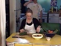 junior stud búchanie dve staré dámy v zadku