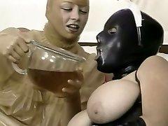 Dvě perverzní holky v latexu oblečení, lízat navzájem útržky v 69 stylu