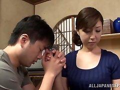Hete rijpe Aziatische huisvrouw geniet van het krijgen van positie 69
