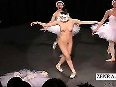 De ondertitel Japanse CMNF ballerina overweging strips naakt