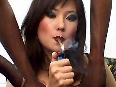 Russische Prostituee Lyuba B het roken van een sigaar met BBC