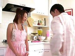 Slatka Asian djevojka voli da sisa kurac u kuhinji