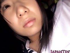 Onschuldige japanse schoolmeisje slikt cum