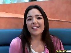 Sramežljiva Azijski djevojka daje intervju na kameru